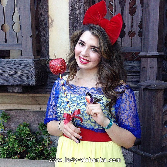 Snow white for Halloween with Apple